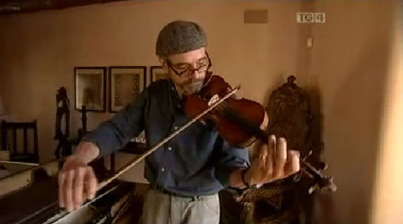 Jeremy Irons learning to fiddle on TG4